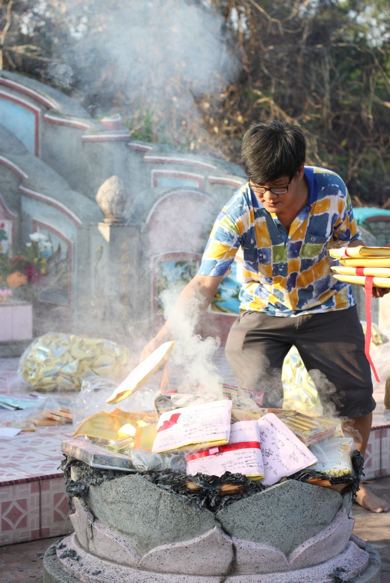 Uang kertas, pakaian dan perlengkapan sehari-hari adalah dimbol persembahan yang wajib dibakar pada saat Ceng Beng. Foto ini menunjukkan harapan dan keinginan seorang anak untuk tetap memberikan yang terbaik bagi orangtuanya yang telah meninggal.