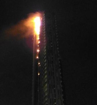 Api melalap fasad gedung Neo SOHO hingga lantai tertinggi.