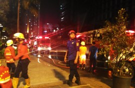 Petugas pemadam kebakaran siaga memadamkan api tepat di bawah gedung Neo SOHO, Grogol, 9 November 2016