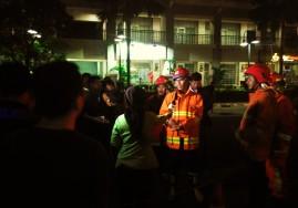 Petugas pemadam kebakaran diwawancara media saat kebakaran gedung Neo SOHO, Grogol, 9 November 2016